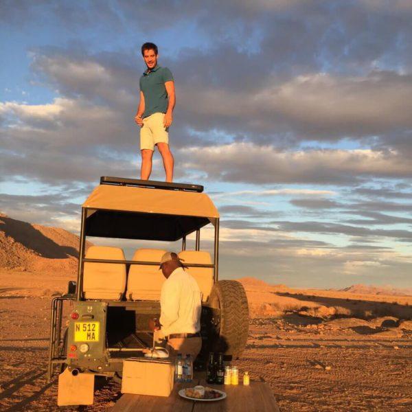 Steven van Stievie Wonder Tours op een jeep